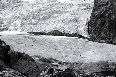 Uomo sul ghiacciaio