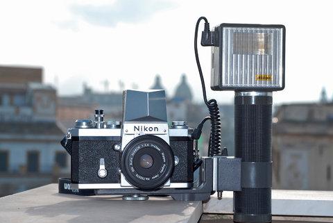 Nikon F + mirino sportivo, flash SB1 e GN45/2,8