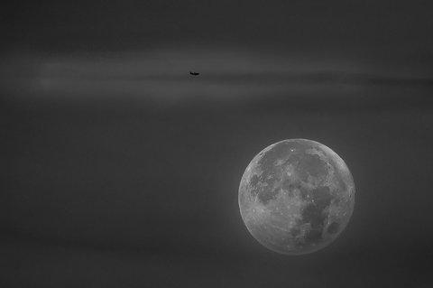 Jet di Linea che attraversa lo spazio lunare