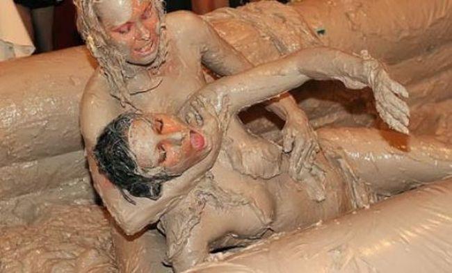 bikini_mud_wrestling_02.jpg.1e1000b335729288922dd9d0ff283138.jpg