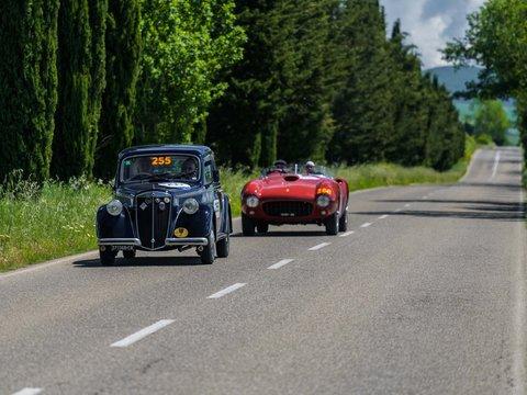Lancia Ardea del 1952 seguita dalla Ferrari 375 Spider MM Pinin Farina del 1953