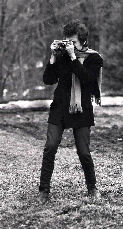 640827_79_2_Bob_Dylan_with_camera_Woodstock_NY_1965_c_Daniel_Kramer_l.thumb.jpg.bf6d9b1fc1431c0b1a8663b46d210ebb.jpg