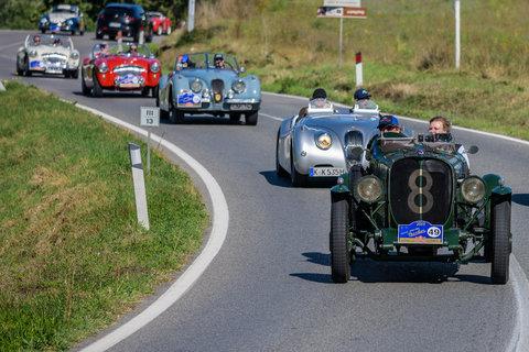 Armstrong Siddeley Special del 1933 seguita da una muta di Jaguar e Austin Helay