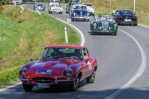 Jaguar E Type del 1967 seguita da una Lagonda e da Alfa Romeo 1900