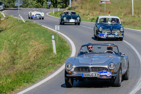 BMW 507 del 1956 seguita da una Volvo, una Porsche e una MG