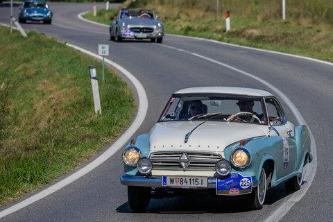 Borgward Isabella Coupé del 1959 seguita da una Mercedes e una Jaguar