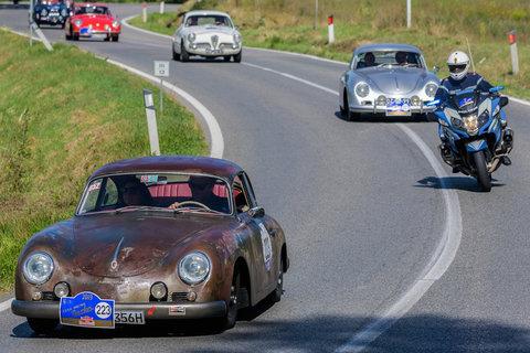 Porsche 356 del 1959 seguita da un'altra Porsche ed un'Alfa Romeo