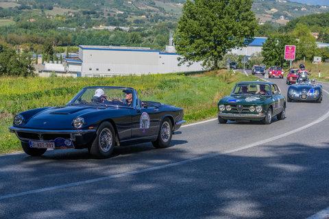 Maserati Mistral Spider del 1967 seguita da un'Alfa 1750Gt Veloce del 1968 ed una Jaguar C Type