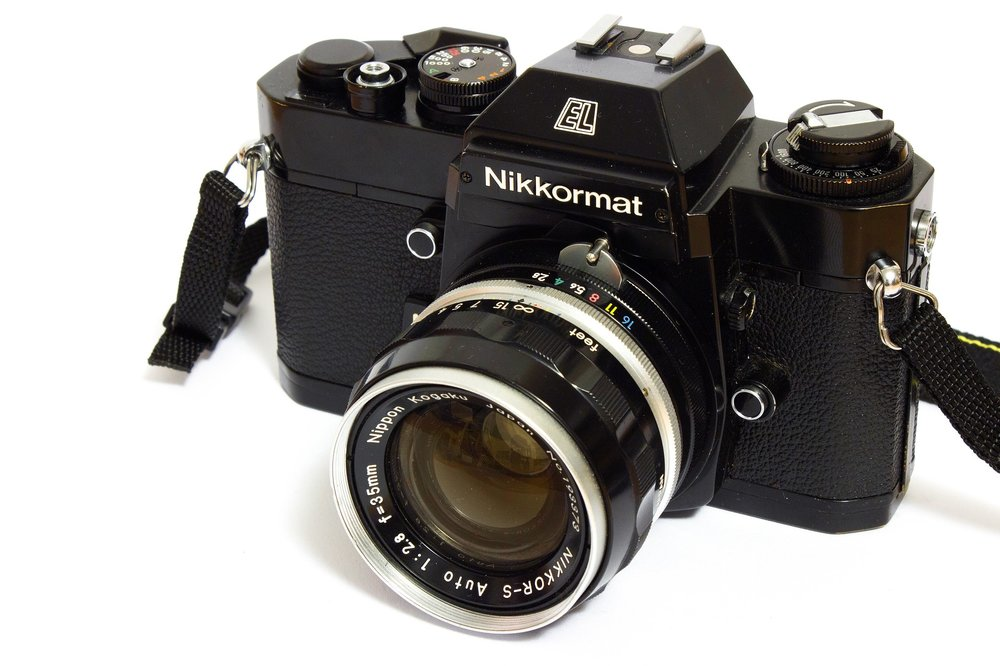 2880px-Nikkormat_el_japanese_analog_camera_with_35mm_lens.jpg