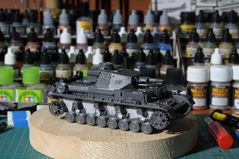 Panzer IV Ausf. D in costruzione e di sfondo una parte dei colori Vallejo