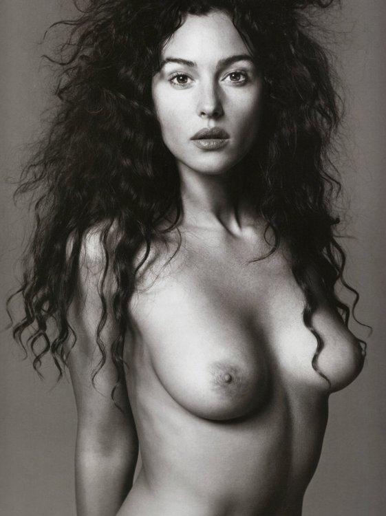 Monica-Bellucci-Naked-01.thumb.jpg.dcde271bde92f88b6bc3de22a3a6922e.jpg